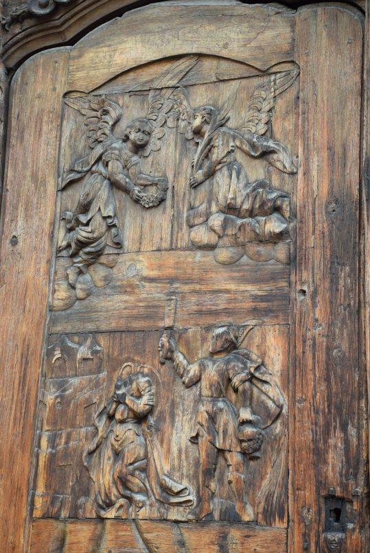 Detalle de las puertas originales del Templo detallando el martirio de Santa Inés.